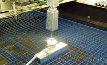 Soustava komor pro buzení kmitů v toku a měření síly výstupního paprsku